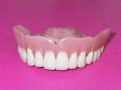 Преимущества акриловых зубных протезов
