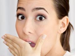 Почему изо рта может пахнуть калом и что делать?